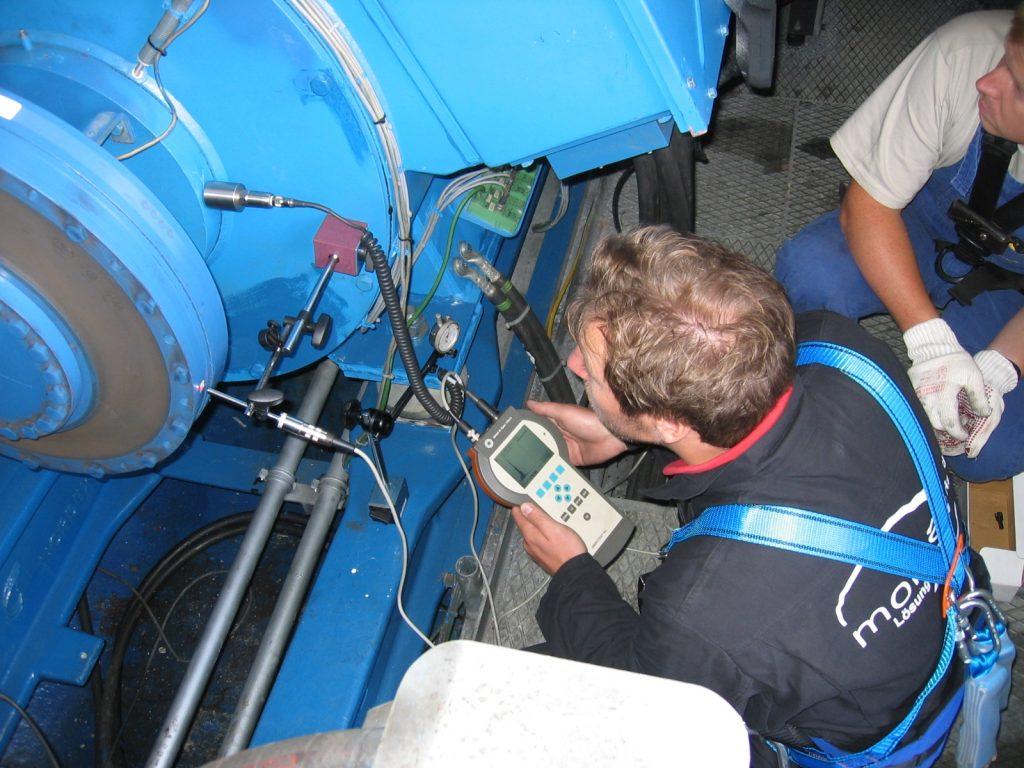 Service und Wartung von Elektromotoren und Generatoren, hier Schwingungsmessung