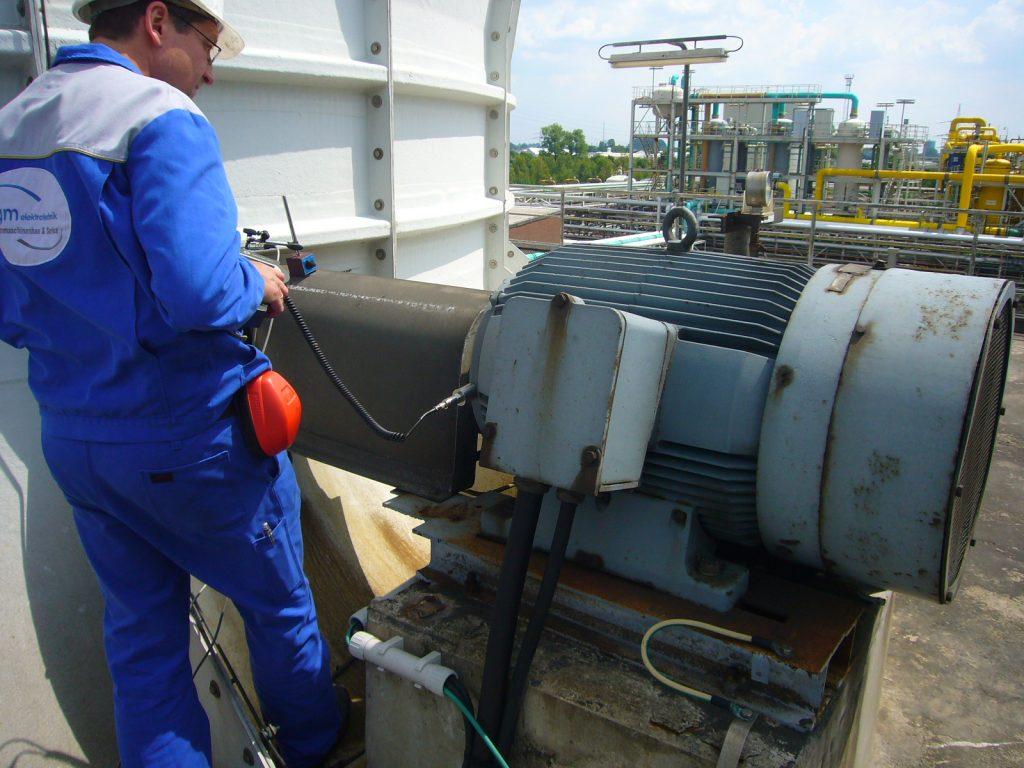 Service und Wartung an Elektromotoren, hier Ausrichtkontrolle und Schwingungsmessung