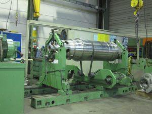 Dynamisches Auswuchten von Bauteilen bis 6.000 mm Länge, 2.000 mm Durchmesser, und 10 Tonnen Stückgewicht - hier auswuchten einer Hohlwelle