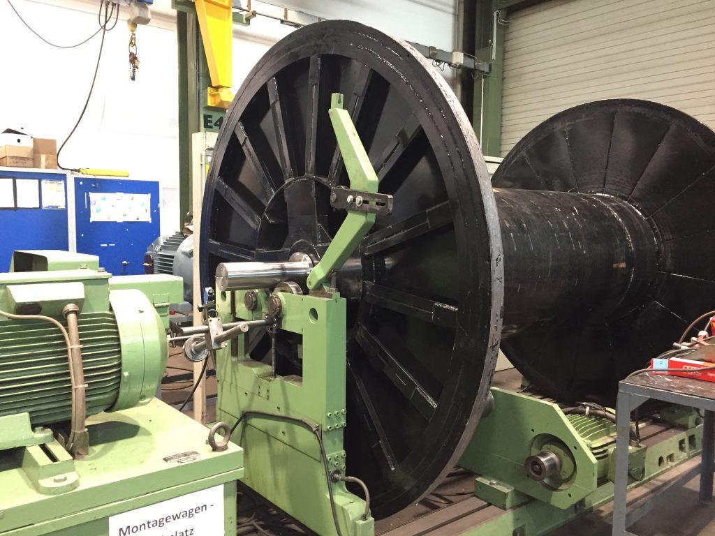 Dynamisches Auswuchten von Bauteilen bis 6.000 mm Länge, 2.000 mm Durchmesser, und 10 Tonnen Stückgewicht - hier Auswuchten einer Trommel